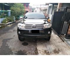 Toyota Fortuner G Lux 2.7 bensin 2011 metic warna hitam tangan 1